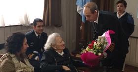 El Subjefe del SHN le entrega un presente a la Sra Pilar Carballo. (Foto Gaceta Marinera)