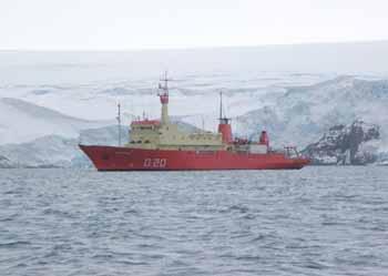 <i>Buque Oceanográfico  A.R.A. PUERTO DESEADO fondeado en CALETA POTTER, BASE JUBANY</i><br><br>