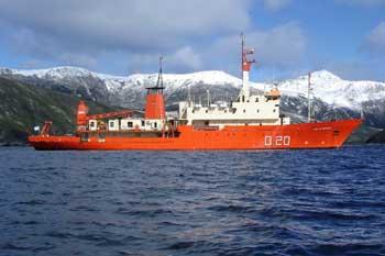 """<i>Buque Oceanográfico """" Puerto Deseado"""", 18 de febrero de 2011</i><br><br> Fondeado en Caleta Potter, Isla 25 de Mayo Archipiélago Shetland del Sur</i><br><br>"""