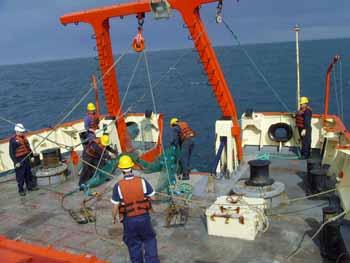 <em>Científicos y tripulación en plena tarea a bordo del Buque oceanográfico ARA &quot;PUERTO DESEADO&quot;</em>