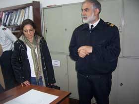 <em>El Suboficial Taborda, de la Sección Pronóstico Mareológico, explicando sus tareas.</em>