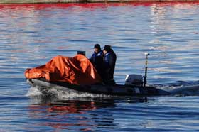 <em>El SS Daniel Camaño y CS Flavio Fernández a bordo de un bote neumático, provisto por la Estación de Salvamento Ushuaia.</em>