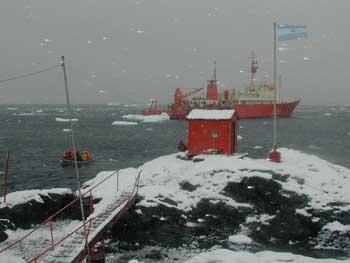 <em>Imagen del buque oceanográfico Puerto Deseado navegando aguas antárticas.</em>