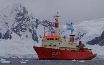 <em>Buque Oceanográfico <q>Puerto Deseado</q> en aguas antárticas argentinas.
