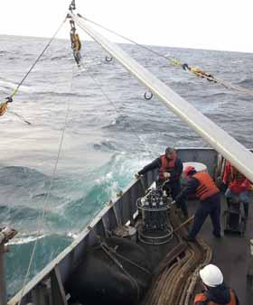 <em>Análisis físico-químico del agua, mediante la inmersión en el mar de una estructura de hierro (denominada roseta).</em>