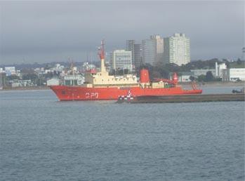 <em>Buque Oceanográfico Puerto Deseado navegando aguas argentinas.</em>