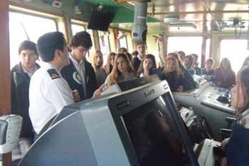 <em>Alumnos de diversas escuelas de la ciudad de Mar del Plata escuchan atentamente las explicaciones acerca de los instrumentos del buque oceanográfico