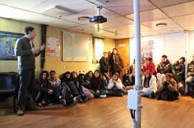 <em>Jóvenes estudiantes de diversas escuelas de Mar del Plata, escuchan atentamente la explicación de los científicos  del CONICET.</em>
