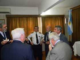 <em>Entusiasta grupo de ex Jefes departiendo con el Director y Subjefe del Servicio de Hidrografía Naval.</em>