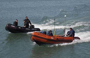 <em>Personal del SHN registrando datos batimétricos con apoyo de buzos de rescate de la Armada Argentina</em>