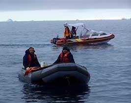 <em>Personal del Departamento Balizamiento del SHN recorriendo en bote las aguas circundantes a islas Orcadas.</em>