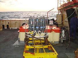 <em>Roseta SEA BIRD de 12 botellas Niskin, CTD y correntómetro.</em>