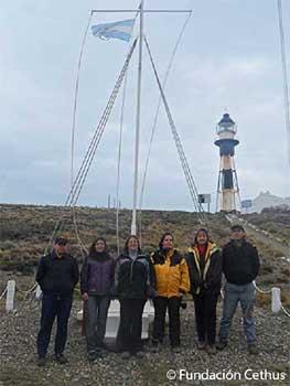 <em>Equipo de la Fundación Cethus junto a personal del SHN en el faro de Cabo Vírgenes, provincia de Santa Cruz, durante los trabajos de investigación de Fundación Cethus.</em>