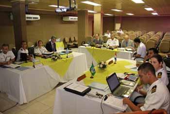 """<em>Integrantes de la  8ª Comisión Hidrográfica Regional del Atlántico Sudoccidental en la sala de reunión del Instituto de Estudios del Mar """"Almirante Paulo Moreira"""".</em>"""