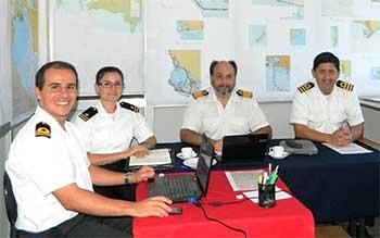 <em>En la foto se encuentran de izquierda a derecha el Teniente OLIVERA (SOHMA), la Guardiamarina PAOLINO (SOHMA), el Capitán VETERE (SHN) y el Capitán DOMINGUEZ (SOHMA) durante una de las sesiones de trabajo.</em>