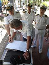Ministro de Defensa escribiendo el libro de Visitas del Faro San Antonio