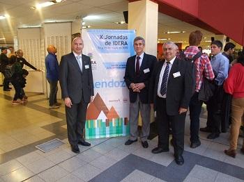 De derecha a izquierda, el Agrim. Sergio Cimbaro (director del IGN), el Lic. Andrés Roque Di Vincenzo (director del SHN) y el Cart. Rolando Ríos (coordinador de la IDE del SHN).