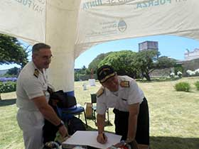 Señor Almirante ERICE firmando libro de visitas al Faro