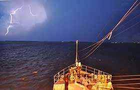 Tormenta eléctrica en mar abierto