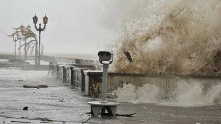 Las olas impactaron con fuerza ayer en la Costanera Norte durante la persistente sudestada.  Foto:  Télam