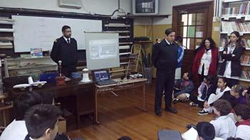 Personal del Dpto. Balizamiento exponiendo sobre Faros de la Argentina.