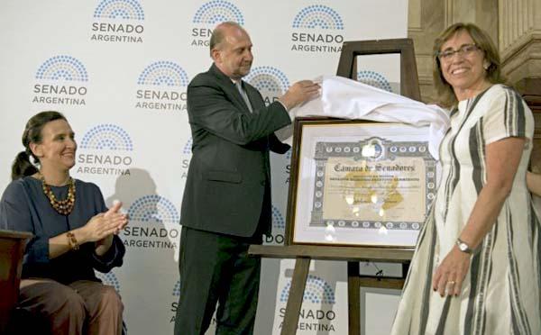 Dra. Frida M. Armas Pfirter, Coordinadora General de COPLA, recibiendo La Mención de Honor