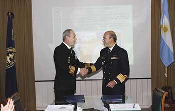 Der.: Director de Hidrografía y Navegación de Brasil.<br/> Izq.: Director a cargo del Servicio de Hidrografía Naval de Argentina.