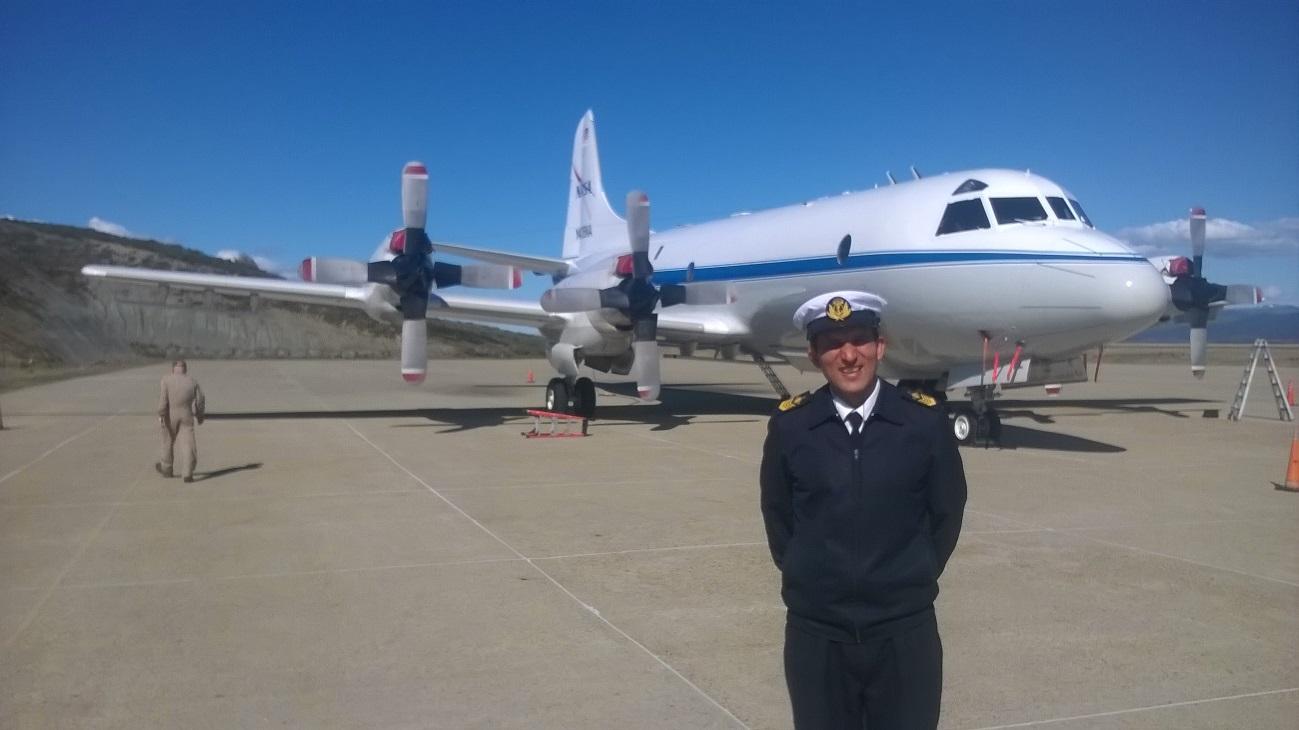 Figura 1: Cabo Principal Meteorólogo Miño junto al P-3B de la NASA.