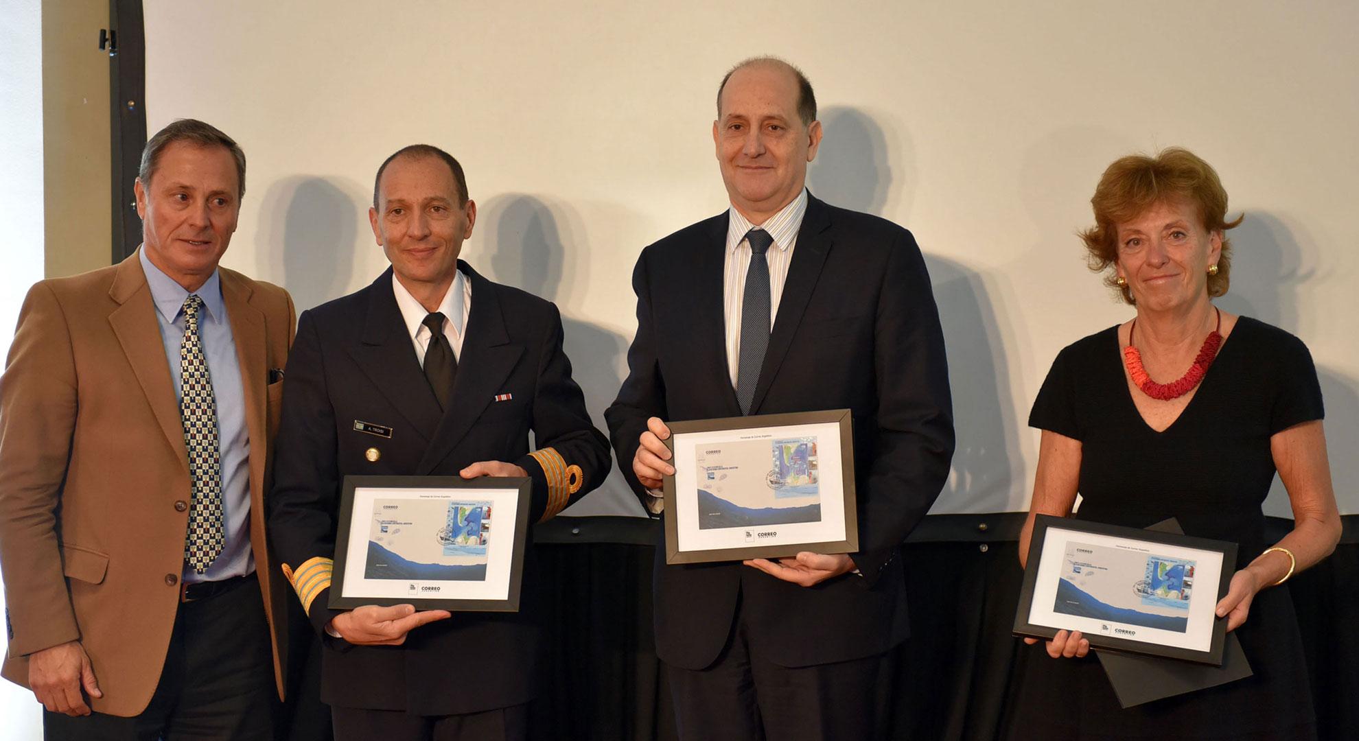 El Capitán de Navío Ariel Troisi recibe el reconocimiento en representación del SHN, integrante de COPLA